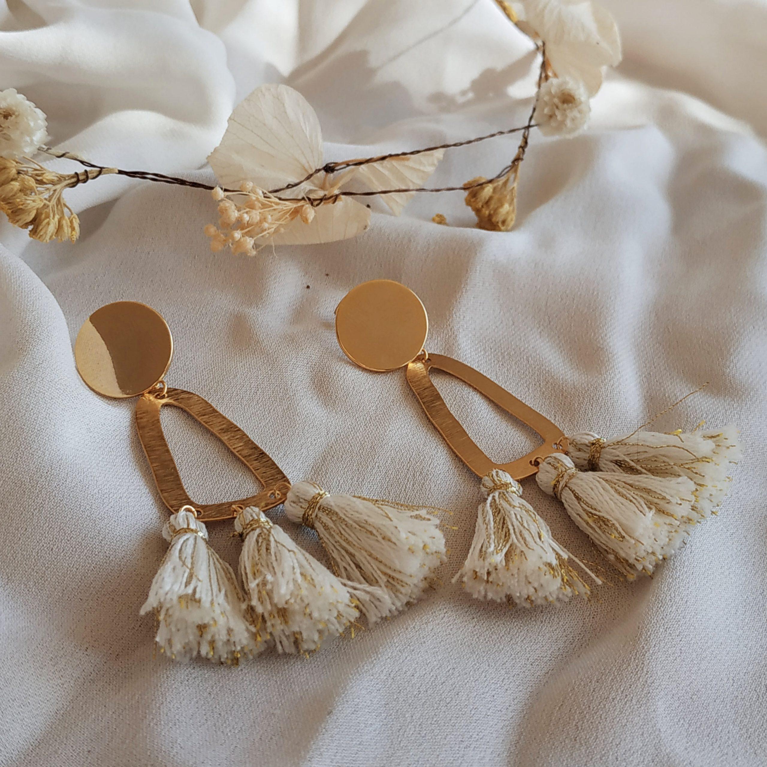 photo boucles d'oreilles Frida ecru dore